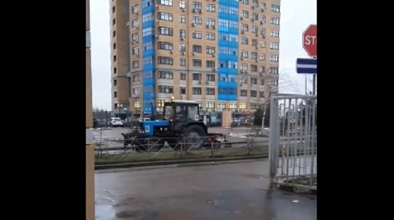 трактор, гребет снег