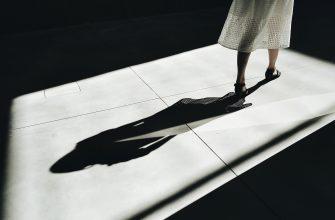 женщина тень ноги