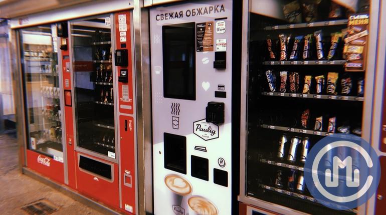 Автомат с едой в переходе