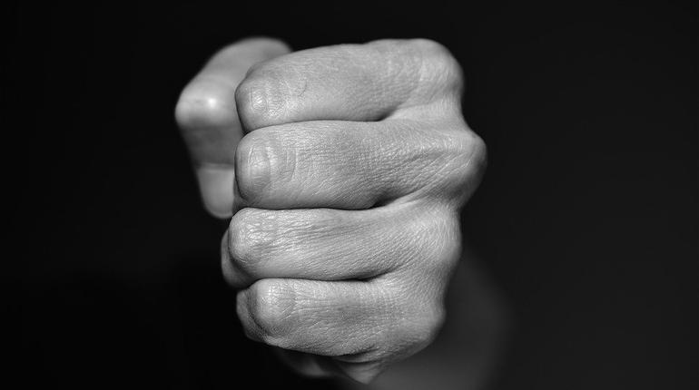 насилие кулак удар