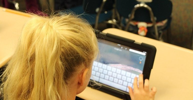 ребенок планшет компьютер технологии дети