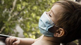 Врач заявил о необходимости ношения масок детьми в общественных местах