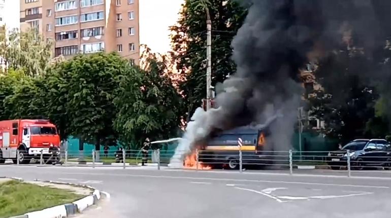 Пламя охватило «Газель» коммунальщиков в Дмитрове: клубы дыма поднимались на десятки метров