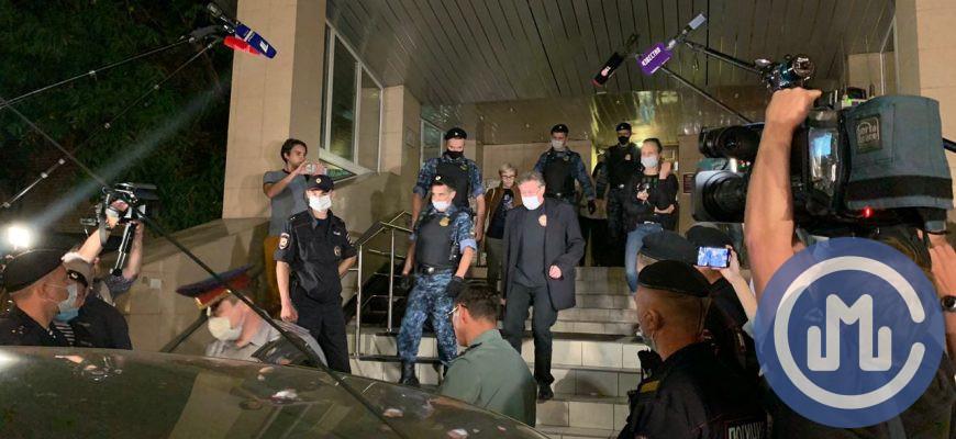 Михаил Ефремов покидает Пресненский суд 31 августа. Фото: «Москва.ру»/Елизавета Левина