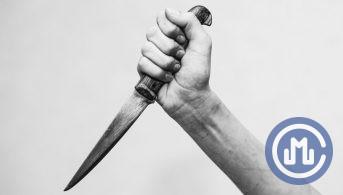Пенсионера в Москве нашли с ножом в шее, СК заподозрил внучку