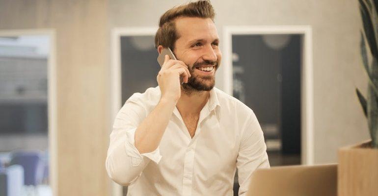 довольный мужчина радость улыбка счастье бизнес работа