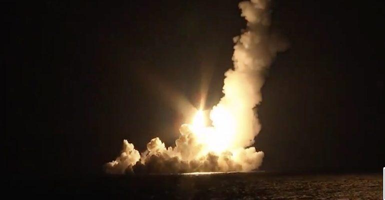 Залповый пуск ракеты с подлодки Владимир Мономах