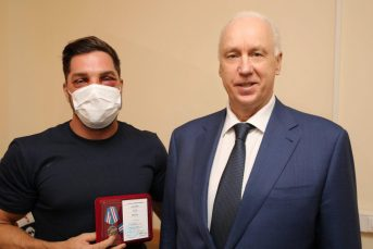 Бастрыкин вручил награду москвичу, который защитил в метро девушек от троих дагестанцев