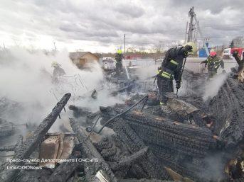 В Подмосковье пожарные потушили три частных дома, пламя сожрало более 240 квадратов